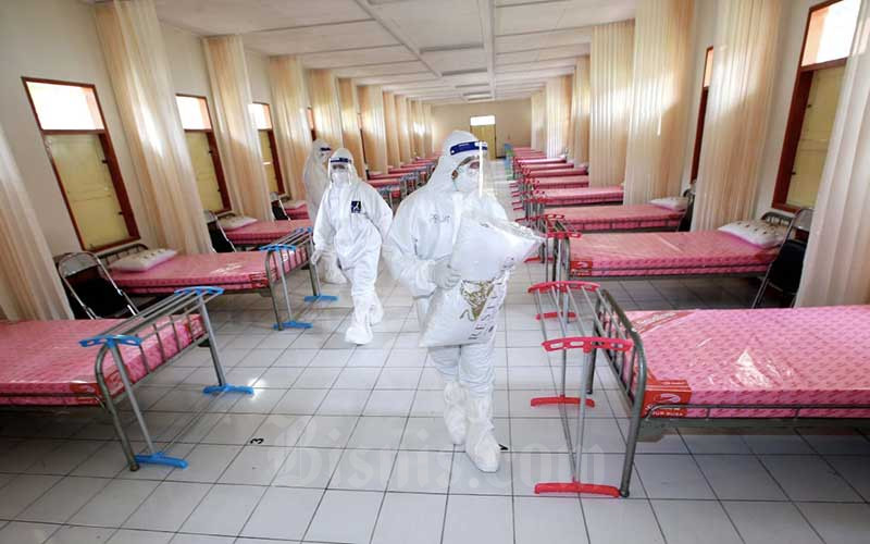 Tenaga kesehatan berjaga di ruang IGD Rumah Sakit (RS) Darurat Covid-19 Sekolah Calon Perwira Angkatan Darat (Secapa AD), di Hegarmanah, Bandung, Jawa Barat, Selasa (12/1/2021). Bisnis - Rachman