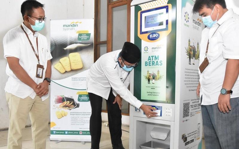 Wakil Wali Kota Padang Hendri Septa saat mencoba menggunakan ATM Beras yang ada di Masjid Nurul Iman, Padang, Sumatra Barat.  - Istimewa