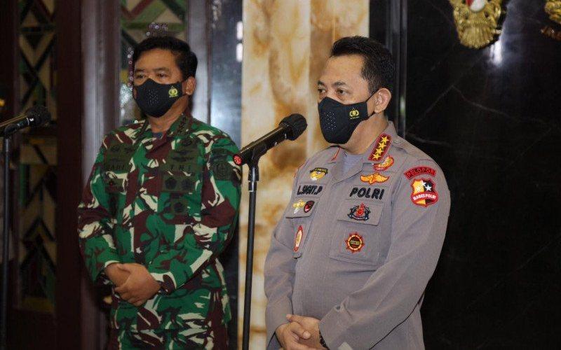 Kapolri Jenderal Pol Listyo Sigit Prabowo (kanan) bersama Panglima TNI Marsekal Hadi Tjahjanto di Kantor Subden, Jalan Medan Merdeka Barat, Jakarta Pusat, Ahad (31/1/2021). (ANTARA -  HO/Polri)