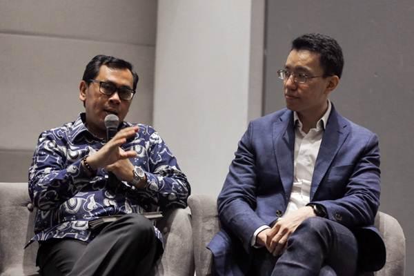 Founder Center for Indonesia Taxation Analysis (CITA) Yustinus Prastowo (kiri) dan CEO PT Harmoni Solusi Bisnis & Organizer Fintax Fair 2019 Andoko Chandra memberikan paparan dalam konferensi pers Fintax Fair 2019, di Jakarta, Selasa (8/1/2019). - Bisnis/Felix Jody Kinarwan