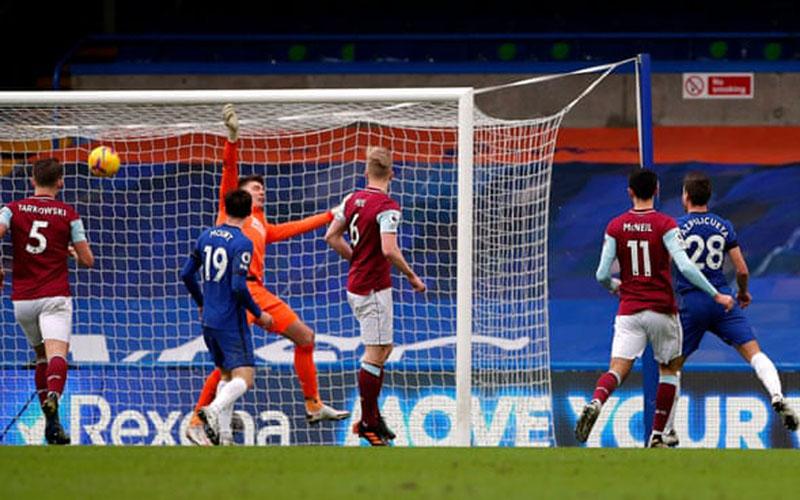 Bek Chelsea Cesar Azpilicueta (kanan) menjebol gawang Burnley. - The Guardian