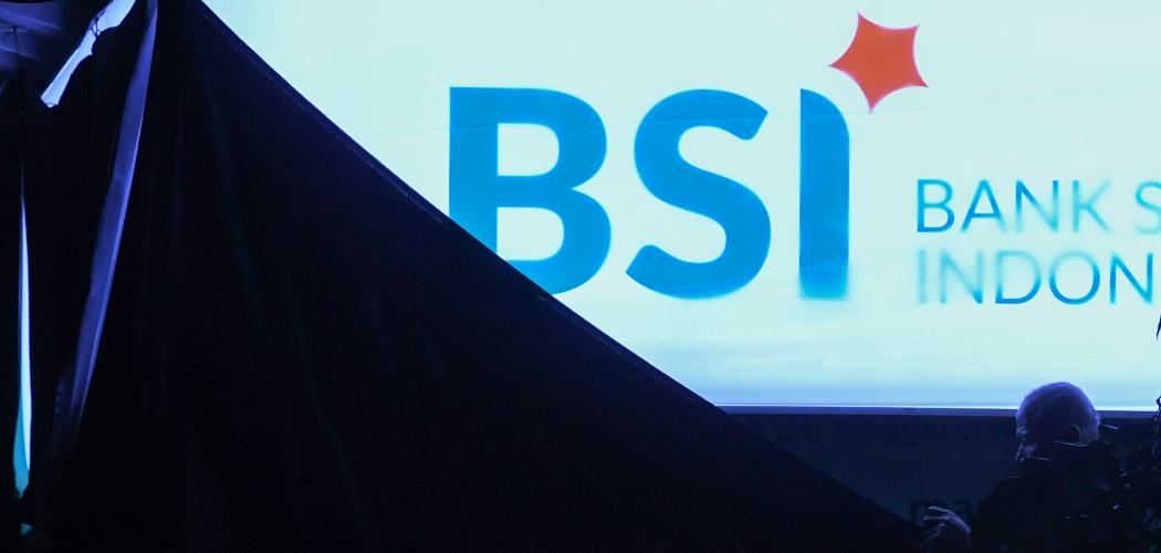 Pekerja menutup logo bertuliskan Bank Syariah Indonesia di Jakarta, Rabu (27/1/2021). Otoritas Jasa Keuangan (OJK) secara resmi mengeluarkan izin penggabungan usaha tiga bank syariah milik BUMN. - ANTARA FOTO/Wahyu Putro A