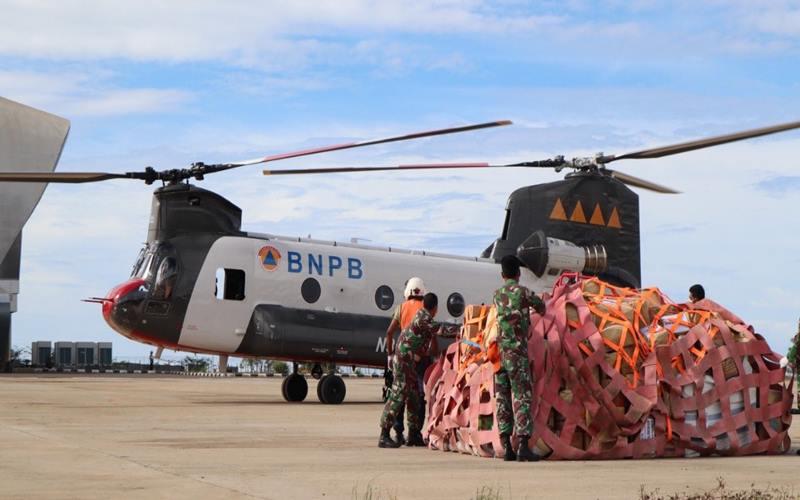 BNPB menggunakan helikopter Chinook untuk mengirim bantuan ke Desa terdampak gempa di Sulawesi Barat. - Twitter @bnpb