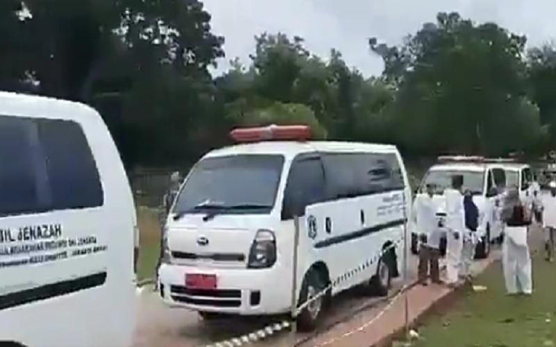 Antrean mobil jenazah di TPU Bambu Wulung, Cipayung Jakarta Timur beredar di jagat maya. - Twitter@LaporCovid