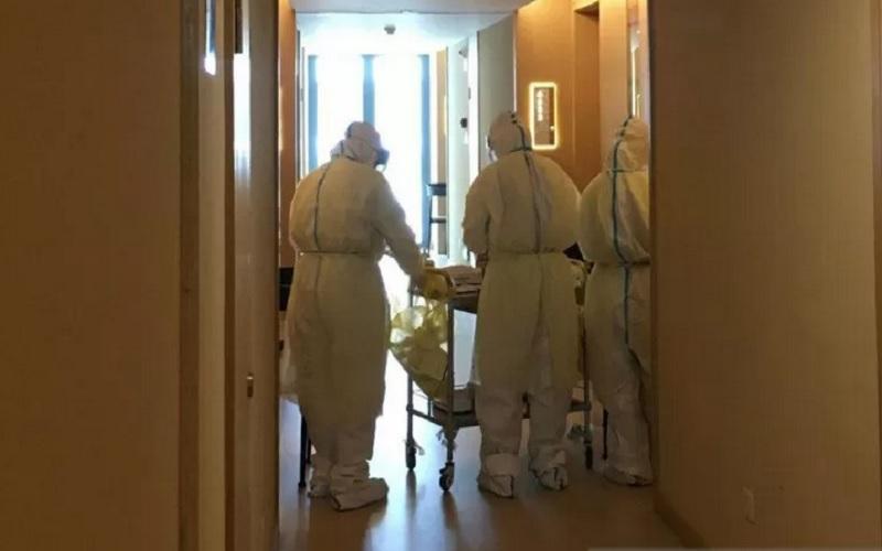 Tim medis dari Rumah Sakit Changle, Fuzhou, Provinsi Fujian, China, menggelar tes usap yang ketiga kalinya kepada para penumpang pesawat dari Jakarta yang sedang menjalani karantina pencegahan Covid-19 sejak 23 Oktober 2020. - Antara\r\n