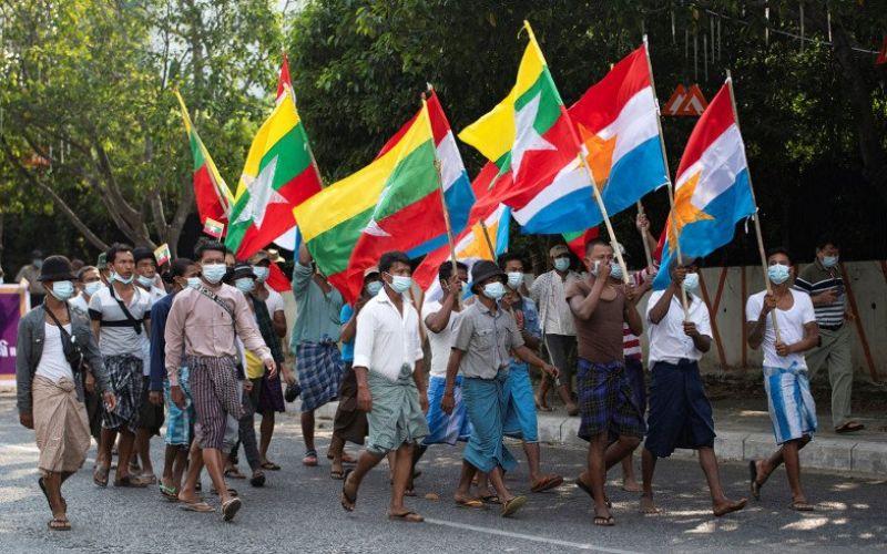 Pendukung militer Myanmar mengikuti aksi unjuk rasa menentang Komisi Pemilihan Serikat, pemerintah terpilih dan kedutaan asing, di Yangon, Myanmar, Sabtu (30/1/2021)/Antara Foto/Reuters-Shwe Paw Mya Tin/AWW - djo