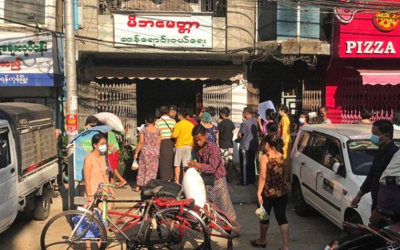 Sejumlah warga antre membeli barang kebutuhan di salah satu toko di Yangon, Myanmar, pascapenangkapan Aung San Suu Kyi, Presiden Myanmar Win Mynt, dan sejumlah tokoh senior dari Partai Liga Nasional Untuk Demokrasi (NLD), Senin (1/2/2021)/Antara Foto/Reuters/-Stringer - pras.