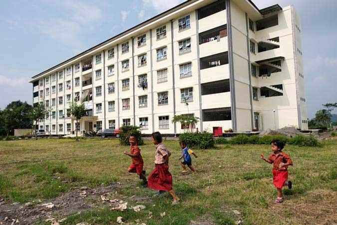 Sejumlah anak bermain di sekitar rumah susun sederhana sewa (rusunawa) untuk masyarakat berpenghasilan rendah (MBR) Mancasan, Gulon, Muntilan., Magelang, Jawa Tengah./Antara - Anis Efizudin
