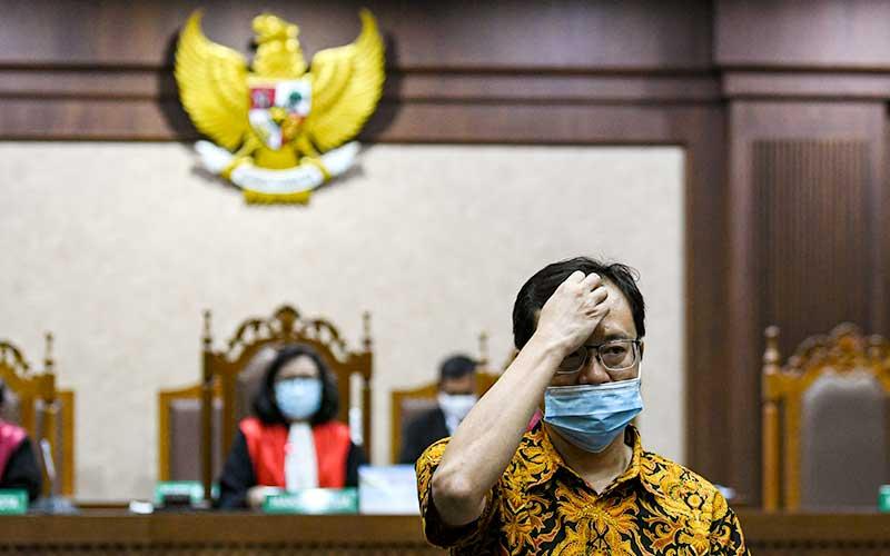 Terdakwa Direktur Utama PT Hanson Internasional Tbk Benny Tjokrosaputro berjalan saat mengikuti sidang lanjutan kasus korupsi pengelolaan keuangan dan dana investasi PT Asuransi Jiwasraya di Pengadilan Tipikor, Jakarta, Senin (7/9/2020). ANTARA FOTO/M Risyal Hidayat - wsj.