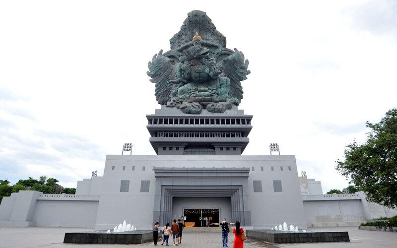 Wisatawan mengunjungi kawasan Garuda Wisnu Kencana (GWK) Cultural Park di Badung, Bali, Sabtu (30/1/2021). Setelah sempat ditutup sejak bulan Maret 2020 dan dibuka kembali pada awal bulan Desember 2020 lalu, kawasan wisata GWK akan ditutup kembali dari kunjungan wisatawan mulai Senin (1/2/2021) mendatang untuk mendukung upaya penanggulangan pandemi Covid-19. - Antara/Fikri Yusuf.