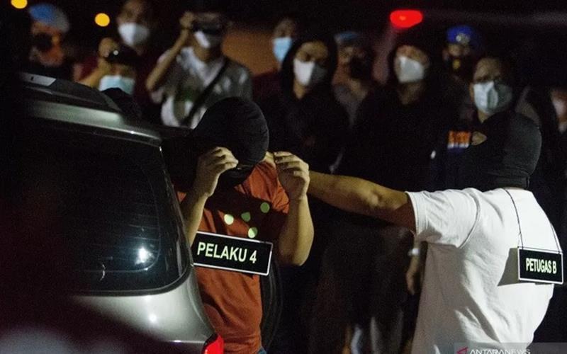 Sejumlah anggota tim penyidik Bareskrim Polri memperagakan adegan saat rekonstruksi kasus penembakan enam anggota laskar Front Pembela Islam (FPI) di Karawang, Jawa Barat, Senin (14/12 - 2020) dini hari.