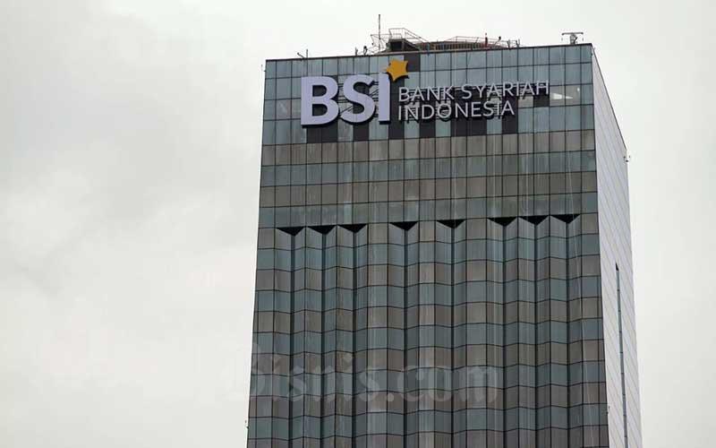 Gedung berlogo Bank Syariah Indonesia yang berada di Jalan Gatot Subroto, Jakarta, Minggu (31/1/2021).  Bisnis - Arief Hermawan P