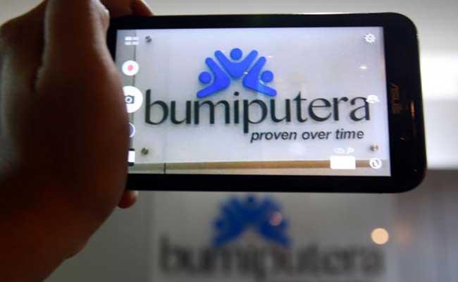 Warga memotret logo di kantor cabang asuransi Bumi Putera di Jakarta. Bisnis - Abdullah Azzam