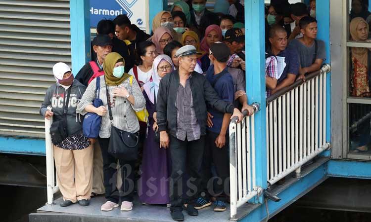 Penumpang antri untuk menaiki bus transjakarta di Halte Harmoni, Jakarta, Selasa (3/3/2020). Bisnis - Eusebio Chrysnamurti