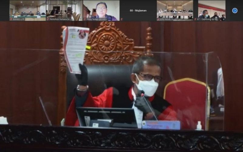 Hakim Mahkamah Konstitusi (MK) Saldi Isra saat menanyakan surat Risma kepada pihak termohon KPU Kota Surabaya dalam sidang sengketa Pilkada Surabaya yang digelar secara daring di MK, Jakarta, Selasa (2-2-2021)/Antara - HO/Media Center Machfud/Mujiaman