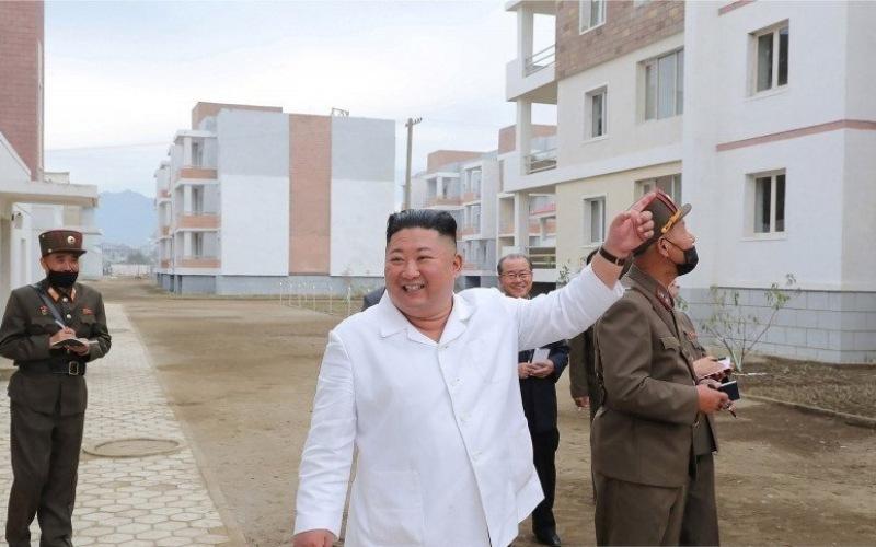 Pemimpin Korea Utara Kim Jong Un memeriksa lokasi rekonstruksi di daerah Kimhwa, dalam gambar ini dirilis oleh Kantor Berita Pusat Korea Utara (KCNA) pada 1 Oktober 2020/Antara Foto - KCNA via Reuters/pras