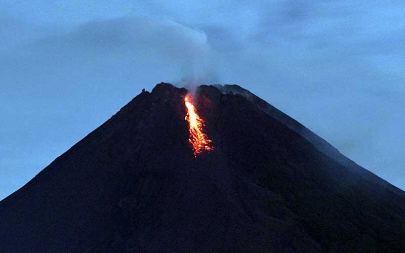 Gunung Merapi mengeluarkan lava pijar yang terlihat dari rnTunggularum, Wonokerto, Turi, Sleman, D.I Yogyakarta, Rabu (7/1/2021). ANTARA FOTO - Andreas Fitri Atmoko