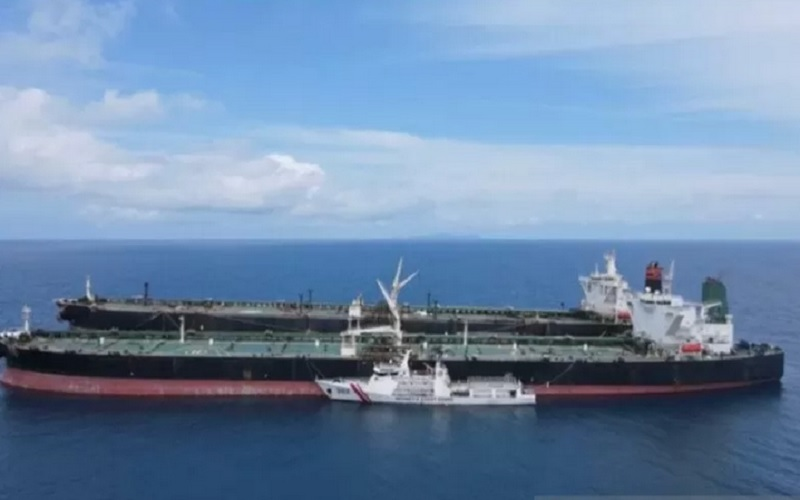 Dokumentasi KN Pulau Marore-322 menghentikan aktivitas dan mengawal MT Freya dan MT Horse, di perairan Batuampar, Batam, Kepulauan Riau. - Bakamla