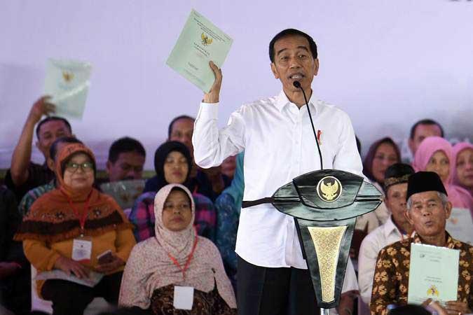 Presiden Joko Widodo memberikan pengarahan saat penyerahan sertifikat tanah di halaman Skadron 21/Sena Puspenerbad Pondok Cabe Ilir, Tangerang Selatan, Banten, Jumat (25/1/2019). - ANTARA/Puspa Perwitasari