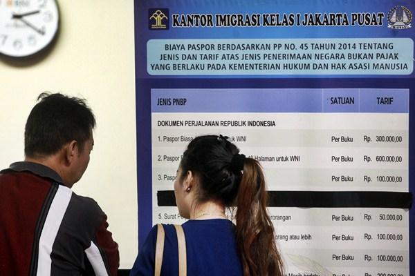 Ilustrasi - Dua calon pemohon paspor menunggu untuk membuat paspor di kantor Imigrasi Kelas I Jakarta Pusat, Jumat (17/3). - Antara/Muhammad Adimaja