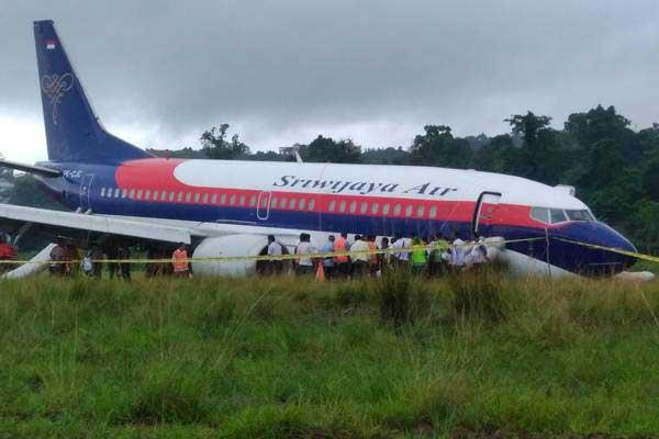 Ilustrasi: Pesawat Sriwijaya Air jenis Boeing 737-300 dengan nomor penerbangan SJ 570 tergelincir keluar landasan pacu, di Bandara Rendani Manokwari, Papua Barat, Rabu (31/5). - Antara/Toyib Mardika