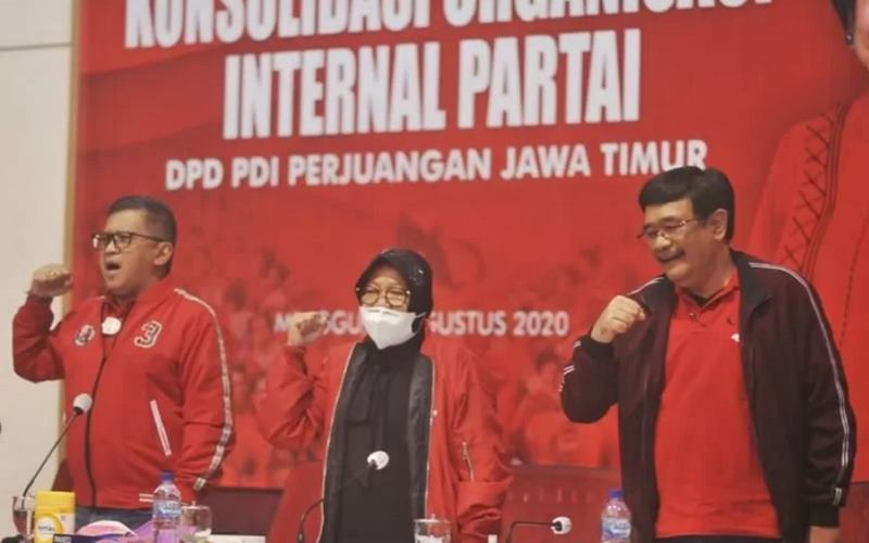 Sekjen PDIP Hasto Kristiyanto (kiri), Ketua DPP Tri Rismaharini (tengah), dan Ketua DPP Djarot Saiful Hidayat (kanan) di sela konsolidasi nasional partai di Kantor PDIP Jatim di Surabaya, Minggu (30/8/2020). - Antara