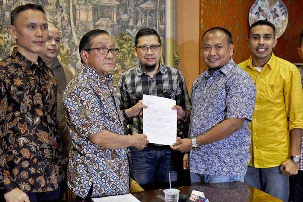 Wakil Ketua Dewan Kehormatan Partai Golkar Akbar Tandjung (ketiga kiri) menerima surat aduan dari kader muda Partai Golkar yang tergabung dalam Generasi Muda Partai Golkar (GMPG) Sirajuddin Abdul Wahab (kedua kanan), Ahmad Doli Kurnia (ketiga kanan), Mirwan.B.Z. Vauli (kiri), Ahmad Andi Bahri (kedua kiri) dan Almanzo Bonara di kediamannya di Jakarta, Minggu (23/7). - ANTARA/Hafidz Mubarak A