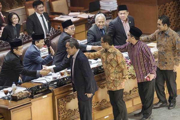 Anggota Fraksi PKS Al Muzammil Yusuf (kedua kanan), Sekretaris Fraksi PAN Yandri Susanto (ketiga kanan), Wakil Ketua F-Demokrat Benny K Harman (keempat kanan) dan Ketua Fraksi Gerindra Ahmad Muzani (kanan) berjabat tangan dengan lima pimpinan DPR untuk meninggalkan ruang sidang (walk out) sebelum pengambilan keputusan pengesahan RUU Pemilu pada sidang Paripurna DPR ke-32 masa persidangan V tahun sidang 2016-2017 di Kompleks Parlemen Senayan, Jakarta, Jumat (21/7) dini hari. - ANTARA/M Agung Rajasa