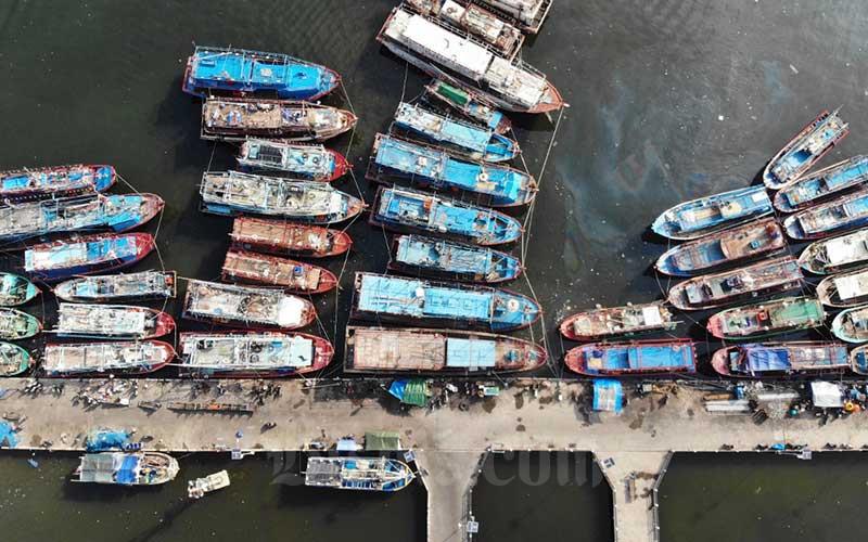Ilustrasi. Foto aerial kapal nelayan bersandar di Pelabuhan Muara Angke, Jakarta, Kamis (16/4/2020). Bisnis - Himawan L Nugraha