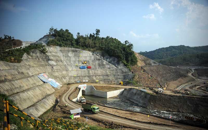 Foto udara proyek Bendungan Cipanas di Ujung Jaya, Kabupaten Sumedang, Jawa Barat, Selasa (21/7/2020). Pemerintah menargetkan pembangunan Bendungan Cipanas yang merupakan proyek strategis nasional dengan volume tampungan air sebesar 250 juta meter kubik tersebut akan rampung pada 2022 mendatang. ANTARA FOTO - Raisan Al Farisi