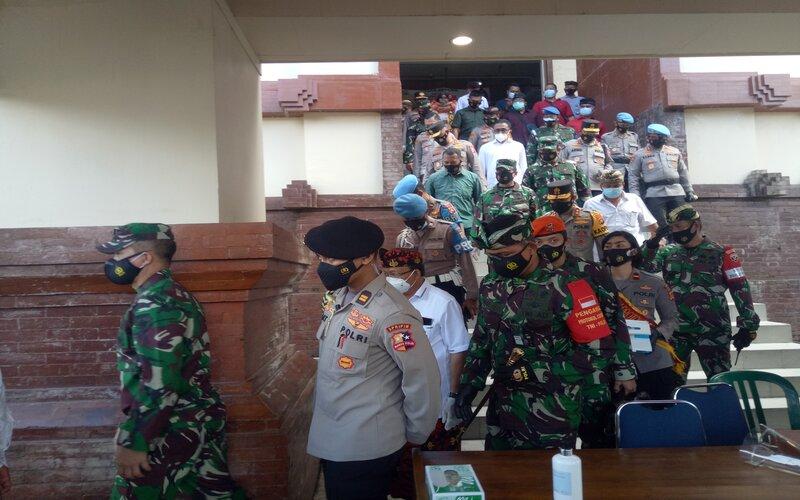 Panglima TNI Marsekal Hadi Tjahjanto dan Kapolri Jenderal Listyo Sigit Prabowo didampingi Gubernur Bali I Wayan Koster meninjau Pasar Badung, Bali, Kamis (4/2 - 2021).