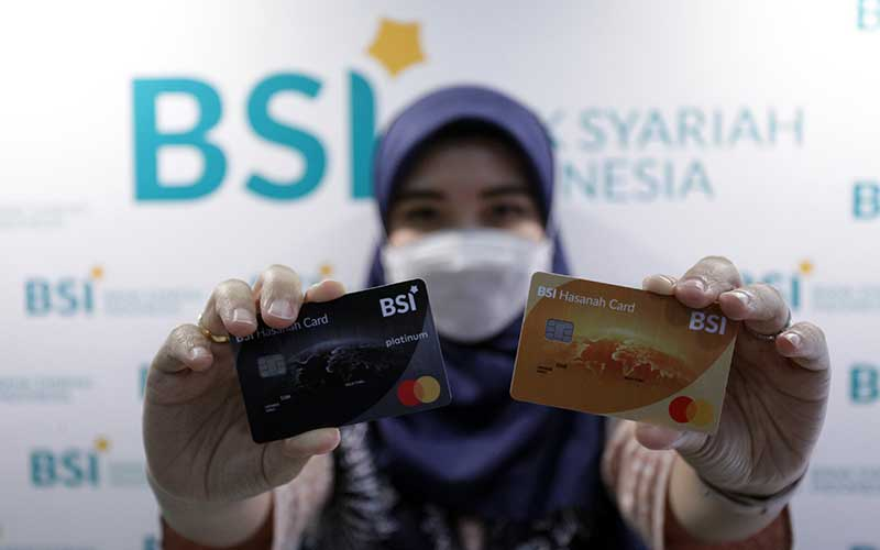 Karyawan menunjukkan kartu pembiayaan BSI Hasanah Card di outlet PT Bank Syariah Indonesia KC Jakarta Barat, Kebon Jeruk Jakarta, Senin (1/2 - 2021). Binsis
