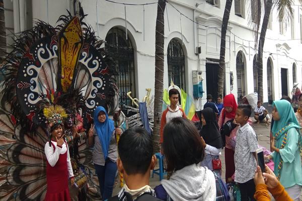 Turis memadatai kawasan Kota Tua di Jakarta Barat saat perayaan Lebaran, Senin (26/6/2017). - Bisnis.com/Veronika Yasinta