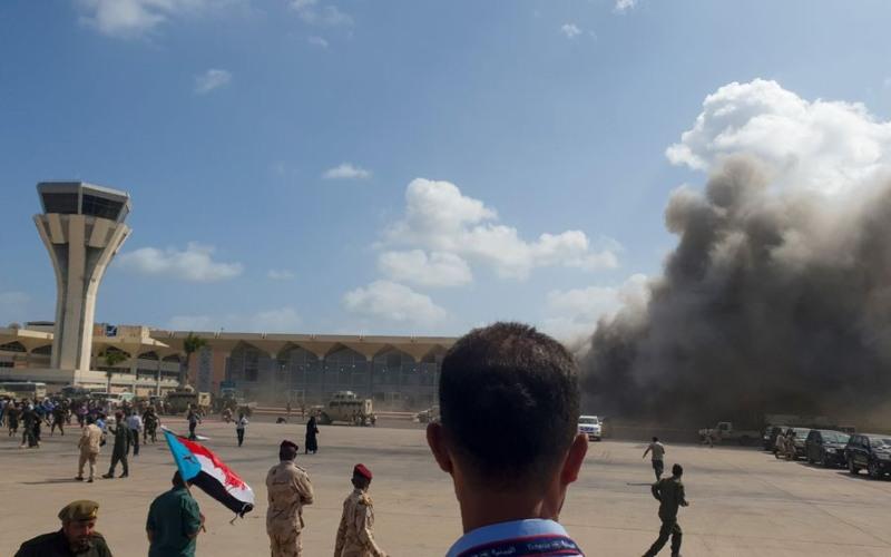 Asap mengepul di Bandara Aden, Yaman setelah sejumlah ledakan muncul sesaat setelah rombongan kabinet Yaman mendarat di Bandara tersebut, 30 Desember 2020. /-Saleh Al-Obeidi/AFP/Getty Images - Bloomberg