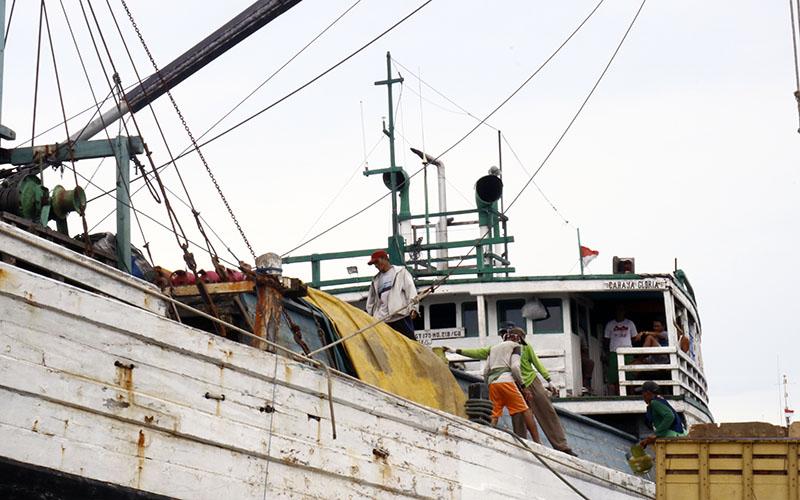 Awak kapal melakukan kegiatan bongkar muat di Pelabuhan Tanjung Emas, Jumat (5/2/2021).  -  Muhammad Faisal Nur Ikhsan / BISNIS