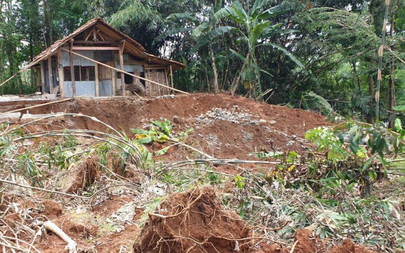 Peneliti geoteknologi LIPI dan teknisi litkayasa di BIKK Karangsambung LIPI meninjau lokasi bencana longsor di Kabupaten Kebumen - Dok./LIPI