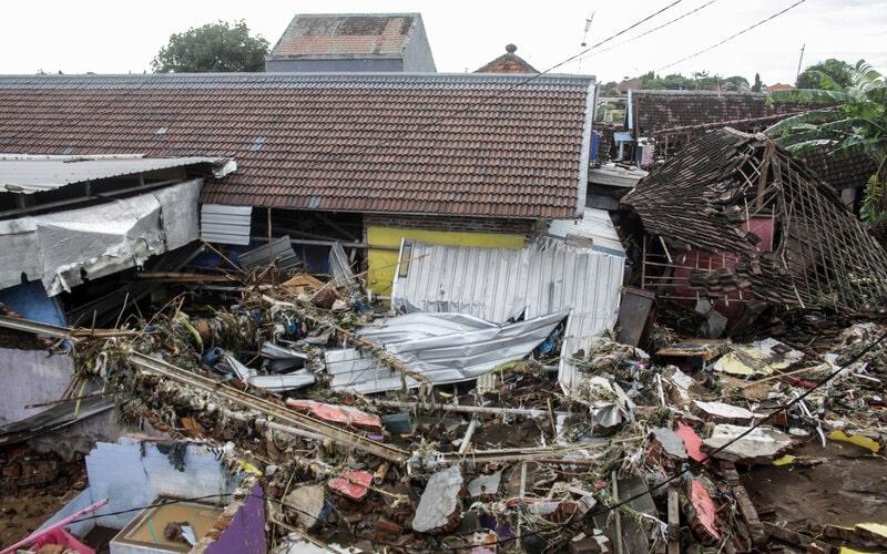 Puing-puing rumah menumpuk usai banjir bandang di Desa Kepulungan, Gempol, Pasuruan, Jawa Timur, Kamis (4/2/2021). Banjir bandang akibat luapan Sungai Kambeng tersebut mengakibatkan 11 rumah rusak parah, tiga rumah rata dengan tanah dan puluhan rumah rusak ringan. - Antara/Umarul Faruq.