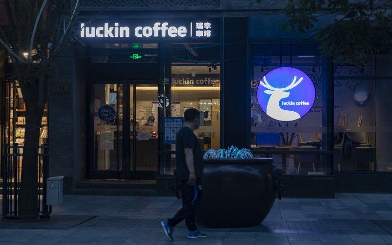 Pejalan kaki berjalan melewati gerai Luckin Coffee Inc. di daerah Qianmen Beijing, Cina,  - Bloomberg