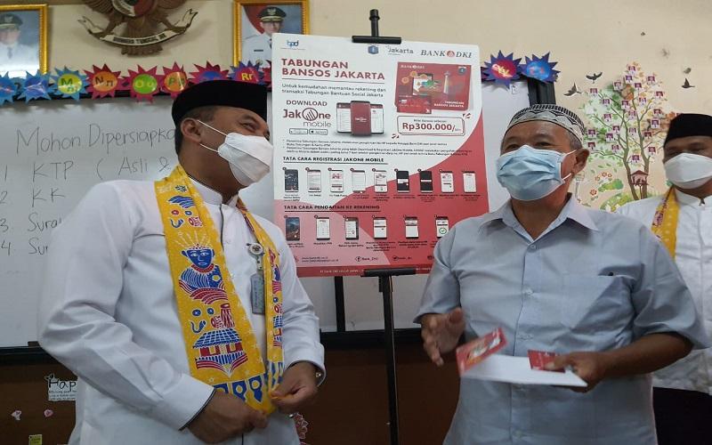 Walikota Jakarta Barat Uus Kuswanto memantau langsung proses penyaluran Bantuan Sosial Tunai (BST) untuk warga DKI Jakarta yang terdampak Covid-19.  -  Dok. Bank DKI
