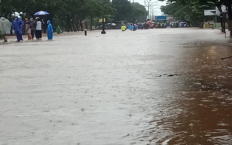 Jalan Pantura Semarang - Kendal tergenang air. - Bisnis/Alif N.