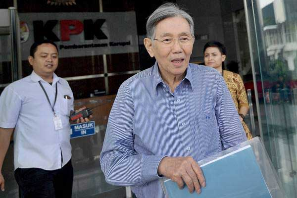 Mantan Menteri Koordinator Ekonomi Kwik Kian Gie keluar dari Gedung KPK usai diperiksa di Jakarta, Selasa (6/6). - Antara/Sigid Kurniawan