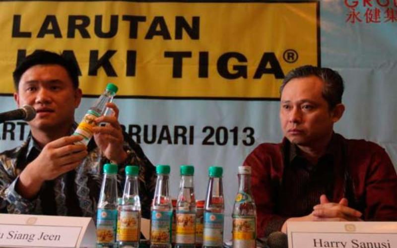 Managing Director Wen Ken Drug (WKD) Co.Pte.Ltd. Fu Siang Seen (kiri) didampingi CEO Rino Group Harry Sanusi memberikan keterangan dengan merek Larutan Penyegar Cap Kaki Tiga.  - Bisnis.com