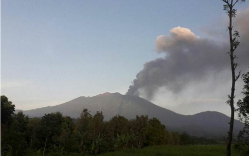 Gunung Raung yang terletak di antara Banyuwangi, Jember dan Bondowoso, erupsi. Abu vulkanik dirasakan sejumlah wilayah di Banyuwangi. Minggu (7/2/2021)./Antara - HO/Humas Pemkab Banyuwangi
