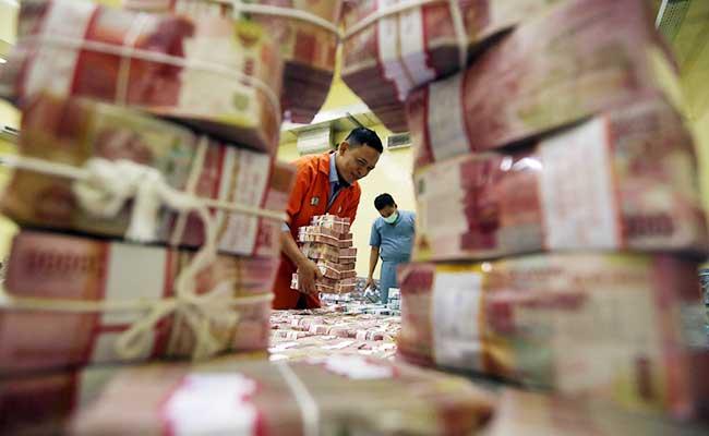 Ilustrsi - Karyawan menata uang rupiah - Bisnis/Abdullah Azzam