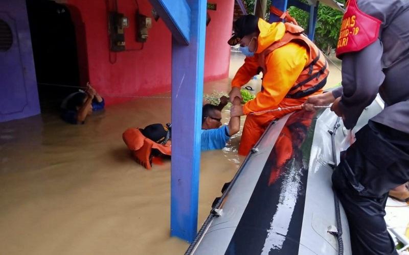 Evakuasi di Desa Karang Tumaritis, Kecamatan Haurgeulis, Kabupaten Indramayu.