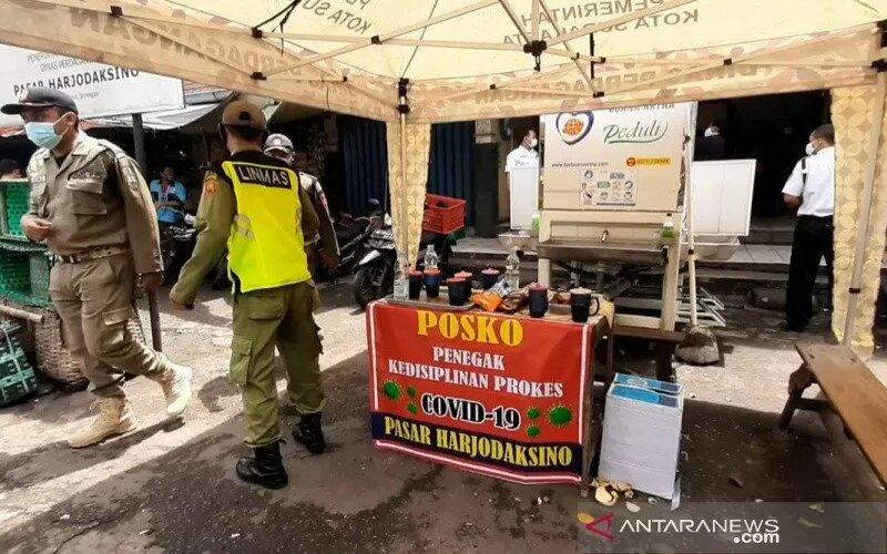 Ilustrasi-Posko penegakan kedisiplinan yang didirikan di pasar-pasar tradisional selama pemberlakuan Gerakan Jateng di Rumah Saja. - Antara/Aris Wasita.