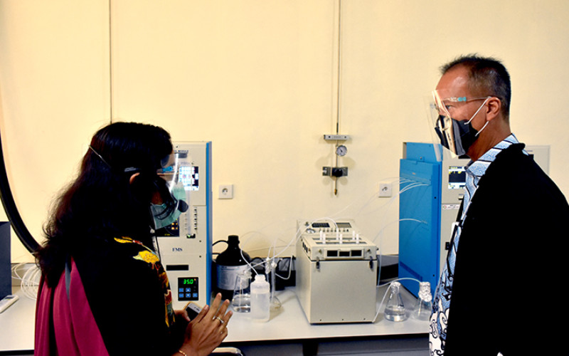 Menteri Perindustrian Agus Gumiwang Kartasasmita mendengarkan penjelasan dari peneliti Balai Besar Kimia dan Kemasan (BBKK), saat meninjau laboratorium yang dimiliki oleh BBKK Jakarta, 13 Oktober 2020.  - Kemenperin