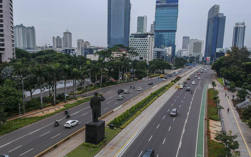 Foto aerial kendaraan melintas di kawasan Jalan Jenderal Sudirman, Jakarta, Minggu (11/10/2020). ANTARA FOTO - Galih Pradipta