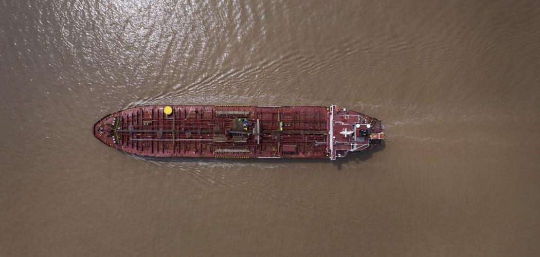 Kapal tanker melaju di Laut China Selatan. - Bloomberg/Qilai Shen