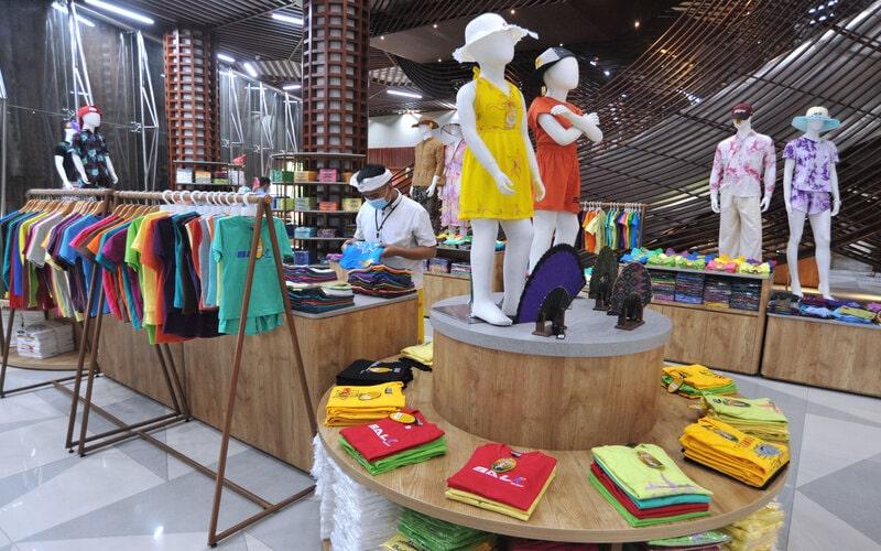 Pekerja menata produk ekonomi kreatif di Krisna Oleh-Oleh Bali, Kuta, Badung, Bali, Sabtu (30/1/2021). Industri di sektor ekonomi kreatif seperti toko yang memasarkan oleh-oleh khas daerah diharapkan dapat menggeliatkan UMKM, menciptakan lapangan kerja dan bisa meningkatkan nilai tambah dari sektor pariwisata yang terdampak pandemi Covid-19. - Antara/Fikri Yusuf.